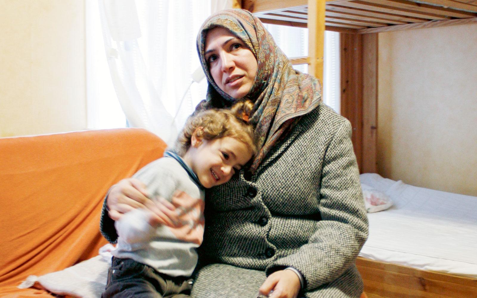 Treåriga Habiba har inte fått någon förskoleplats. Det betyder att mamma  Samar inte kan delta f2e414b0ef61e
