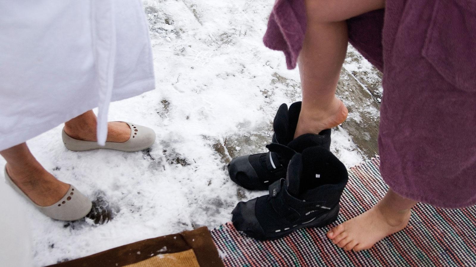 Vinterbadare fast under isen