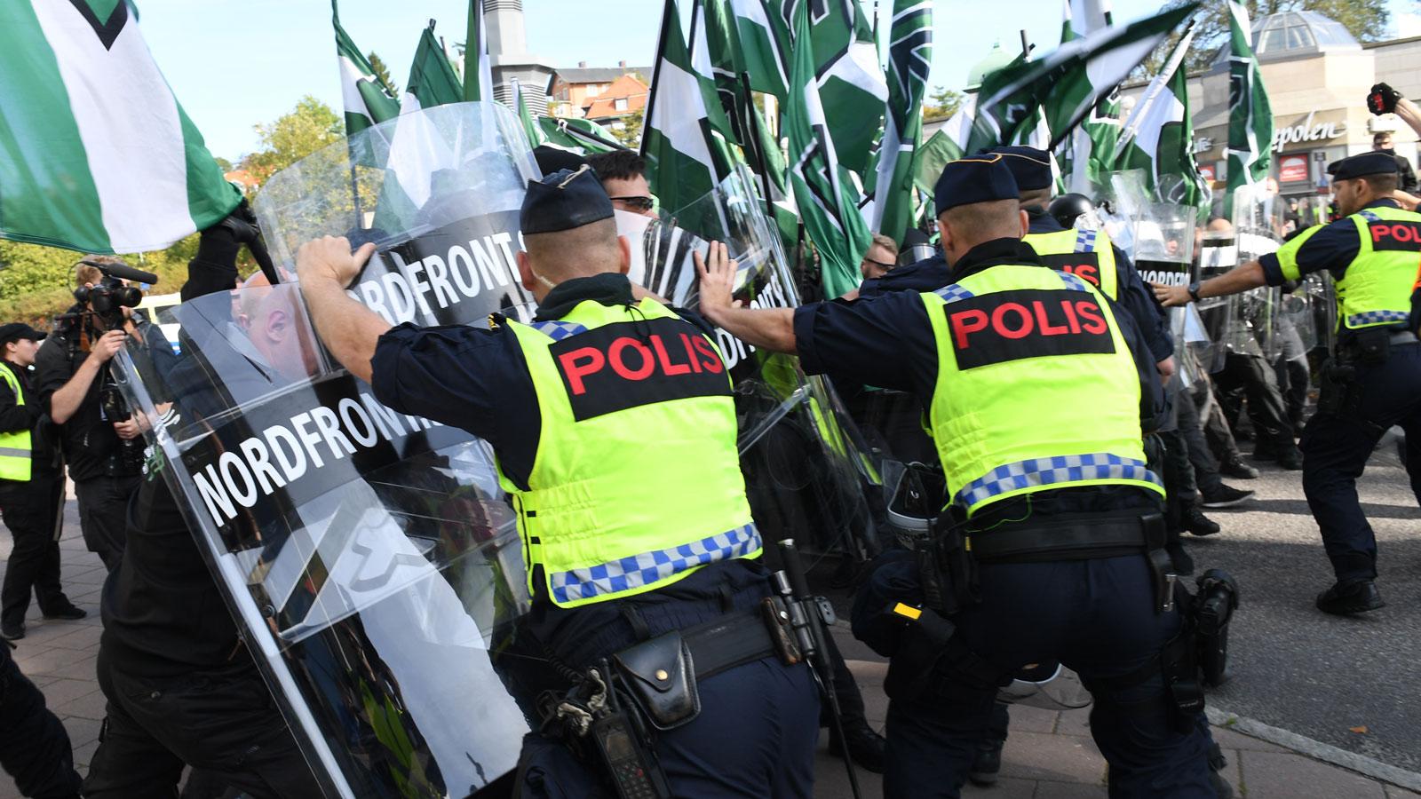 Poliser jobbade gratis i protest