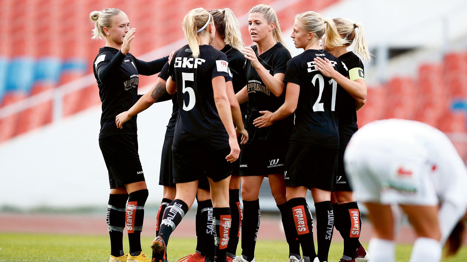 Kopparberg Göteborgs Olivia Schough (mitten) kramas om efter 1–0-målet 1cd139f89b54e