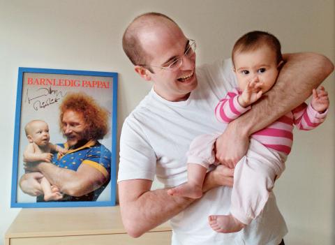 Peter Svenonius, 28 år, med dottern Engla. I bakgrunden Lennart Hoa Hoa Dahlgren med Peter när han var 4 månader gammal.  Bild: Björn Larsson Ask/SvD/TT