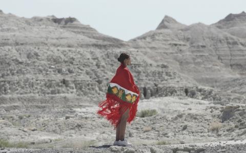 Vanessa Piper bland bergen i Badlands.  Bild: Nadim Carlsen