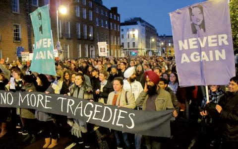 Tusentals demonstranter protesterade emot Irlands abortlagar när Savita Halappanavar dog på ett sjukhus i Dublin efter att ha nekats abort.  Bild: Shawn Pogatchnik/TT