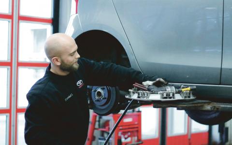 Stor fördel. Daniel Larsson började jobba på Toyota center i Mölndal för sju år sedan. En stor fördel med jobbet är de korta arbetsdagarna, menar han.  Bild: Stina Berglund