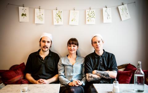 Syskonen Viktor och Jenny Sundén och Joakim Mathiasson på nyöppnade vegetariska matcaféet Betan i Stockholm. En stor del av gästerna jobbar i närheten. Många är inte vegetarianer, men väljer att äta mer grönt av hälsoskäl, tror trion.  Bild: Thea Holmqvist