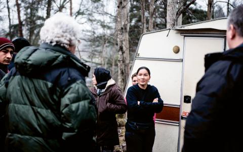 """Kronofogden lämnar över vräkningsbeskedet till Vandana och hennes släktingar. """"Klockan nio på måndag måste ni vara borta. Fordonen tar vi hand om i tre månader. Allt annat ni lämnar kommer vi slänga."""" """"Inga problem,"""" svarar Vandana.  Bild: Thea Holmqvist"""