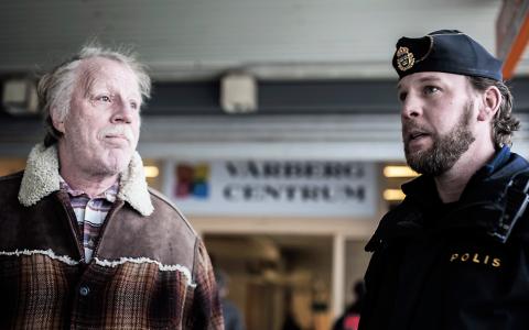 """""""Det är bra att ni är här. På ett sätt kan jag instämma i att det är nya Christiania, fast jag trivs här på det stora hela"""", säger Janne som bott i Vårberg i 22 år till polisen Thomas.  Bild: Carlos Zaya"""