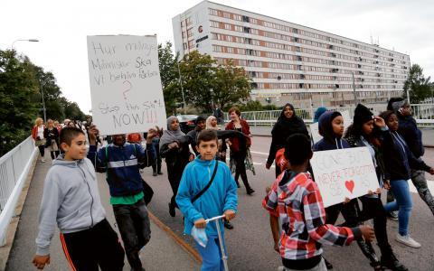Efter förra årets dödsskjutningar arrangerade ungdomar i Biskopsgården en demonstration mot våld.  Bild: Adam Ihse/TT