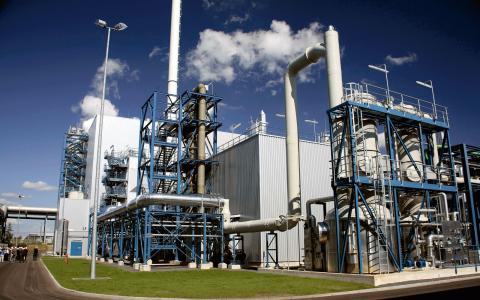 Vid Vattenfalls kolkraftverk Schwarze Pumpe, cirka 13 mil söder om Berlin, finns en testanläggning där koldioxid samlas in och lagras.  Bild: Vattenfall