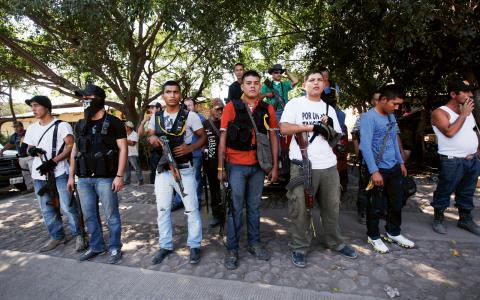 Medlemmar av ett medborgargarde i regionen Tierra Caliente i Michoacán. Gruppen har sedan länge illegalt bekämpat knarkkartellen Tempelriddarna, men nu vill den mexikanska regeringen ge dem legal status.  Bild: Félix Márquez/IPS