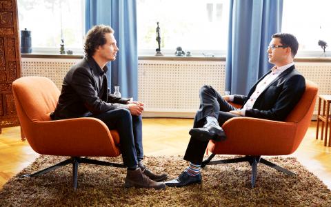 I SVT-programmet Nyfiken på partiledaren intervjuas Jimmie Åkesson av terapeuten Poul Perris. Nu växer kritiken mot programmet. Många menar att SD-ledaren ger en grovt felaktig bild av uppväxten i Sölvesborg.  Bild: Johan Paulin/SVT