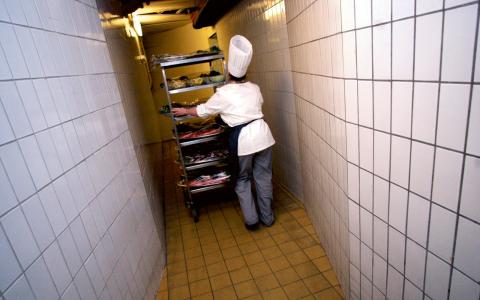 """""""De flesta som jobbar gör det inom hotell, restaurang och städ"""", säger Joakim Ruist som kommit ut med rapporten.  Bild: Dan Hansson/TT"""