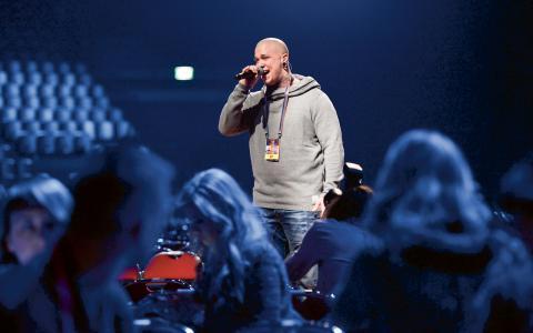 Linus Svenning framför sin låt Bröder, som var ett av bidragen i den första deltävlingen i Malmö i lördags.  Bild: Baldur Bragason/SVT