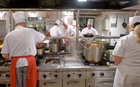 """""""Vi är övertygade om att män inte föds att vara sexistiska. Men vi vet att många män som tar arbete på köksgolven förr eller senare kommer att vaggas in i den kultur som råder där, skriver Jenny Bengtsson och Malin Bastholm.  Bild: Leif R Jansson/TT"""