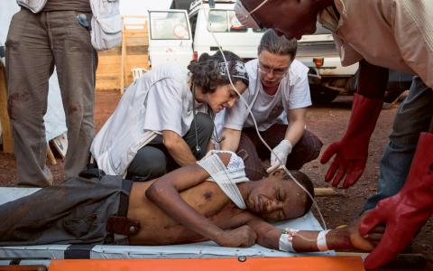 Läkare Utan Gränsers personal hjälper en skadad man i flyktinglägret vid flygplatsen Mpoko i huvudstaden Bangui.  Bild: William Daniels