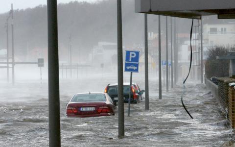 Strandvägen i Helsingborg under stormen Sven.    Bild: Johan Nilsson/TT