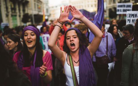 Den 8 mars demonstrerade spanjorerna mot att regeringen vill begränsa aborträtten. Bild: Andres Kudacki/AP/TT
