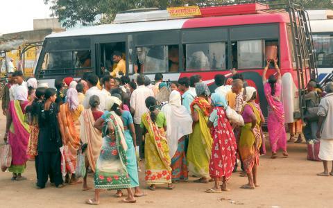 Kvinnliga resenärer slåss om utrymmet inför en bussresa i Hyderabad i Indien.  Bild: Stella Paul/IPS