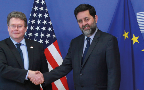 EU:s förhandlare Ignacio Garcia Bercero, höger, välkomnar USA:s förhandlare Dan Mullaney när parterna mötes den 10 mars för att diskutera TTIP.  Bild: Yves Logghe/AP/TT