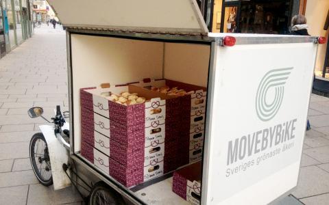 En av de lastcyklar som Johan Erlandsson och hans kollegor har tagit fram används av ett cykelåkeri i Göteborg. Här lastad med 155 semlor.  Bild: Velove