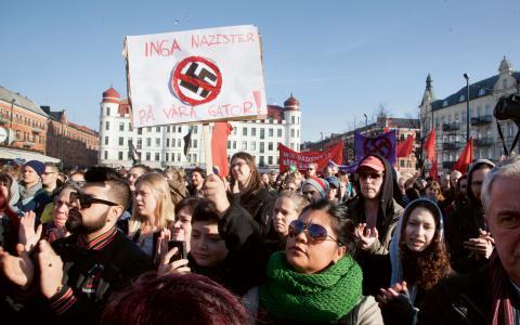 Omkring 1000 personer deltog i en manifestation på Möllevångstorget i Malmö, för att visa sin avsky för nazistdådet.  Bild: Stig-Åke Jönsson