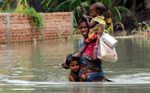 En kvinna och hennes barn i indiska Terasia Diara, som drabbades av översvämningar 2013.  Bild: Aftab Alam Siddiqui/AP/TT