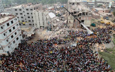 Över 1 100 dödades när fabriken rasade samman över dem. Flera stora och kända multinationella klädföretag som Benetton, Mango och Primark ska ha haft tillverkning i fabriken. Men nästan inga pengar har betalats in till arbetarnas ersättningsfond.  Bild: A.M.Ahad/AP/TT