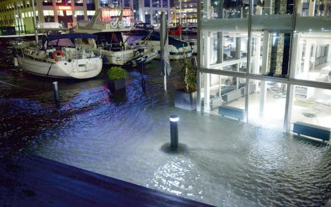 Restaurangen Årstiderna by the sea drabbades hårt av stormen Sven.  Bild: Johan Nilsson/TT