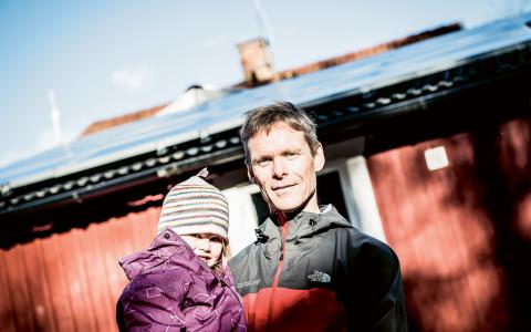 Egen produktion. Anders Hjelm med dottern Signe framför deras solcellsutrustade hem.  Bild: Thea Holmqvist