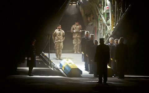 Kistorna med kapten Johan Palmöv och löjtnant Gunnar Andersson tas emot på Ärna flygplats. De båda svenska soldaterna sköts ihjäl i Afghanistan 2010. Bild: Sergeant Niklas Ehlén/Combat Camera/Försvarsmakten