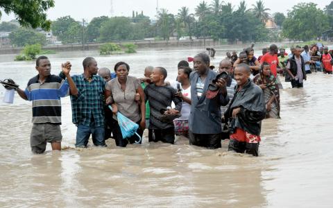 Regeringen uppmanade invånare i Jangwani och Kigogo i Dar es Salaam att lämna sina hem i samband med skyfallen.  Bild: Khalfan Said/AP/TT