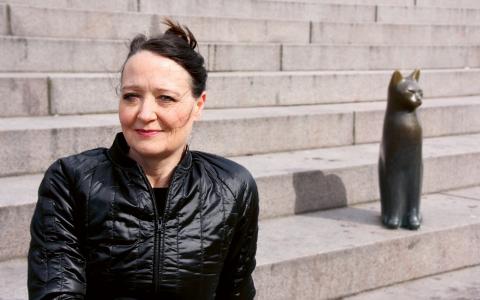 """Cristina Gottfridsson har skrivit manus till pjäsen Fallet Kapten Klänning som sätts upp på stadsteatern i Uppsala. Själv bor hon i Malmö och har inte kunnat följa repetitionerna. """"Ska bli spännande att se hur det blivit"""", säger hon.  Bild: Linnea Nilsson"""