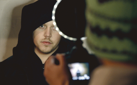"""Sebastian Stakset, alias Sebbe Staxx, frontar rapgruppen Kartellen. Ikväll tar han med tv-tittare till Stockholms miljonprogram i dokumentärserien """"De obekväma"""".  Bild: UR"""
