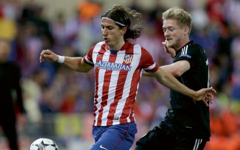 Atléticos Filipe Luís och Chelseas André Schürrle i duell under mötet i Madrid.  Bild: TT