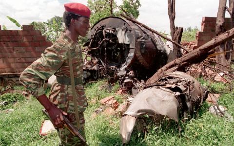 En soldat vaktar vraket av det flygplan som president Juvenál Habyarimana störtade med den 6 april 1994. Förföljelsen av tutsier inleddes redan samma kväll.  Bild: Jean Marc Boujou/TT/AP