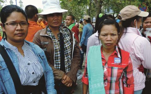 Textilarbetarna Sen Sououe, Phan Ti och Chan Lyna delar i en protest på Freedom Square i Phnom Penh, för att kräva att deras lön höjs från 100 USD till 160.  Bild: Moa Kärnstrand