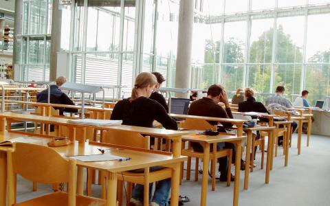 Det är viktigt att kunna återvända till skolan för att bygga på och då kan inte universitetsplatserna utgå från hur många 19-åringar vi har i Sverige.  Bild: Stock Xchng