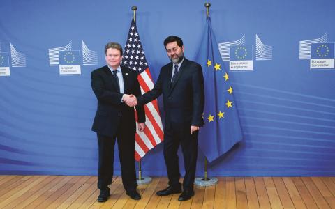 EU:s chefsförhandlare Ignacio Garcia Bercero, till höger, välkomnar USA:s chefsförhandlare Dan Mullaney till ett möte i Bryssel, där handelsavtalet TTIP förhandlas fram.  Bild: Yves Logghe/AP/TT