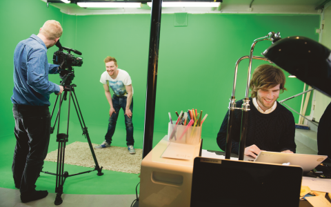 Vigor Sörman (th) och Tobias Tejbz Öjerfalk (mitten) har grundat företaget Splay, där flera av de mest populära svenska Youtube-profilerna huserar. Imorgon arrangerar Splay Sveriges första Youtube-gala.  Bild: Jessica Gow/TT