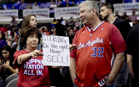 Två av många fans som under slutspelsmatcherna har protesterat mot LA Clippers ägare Donald Sterling. Bild: AP/TT