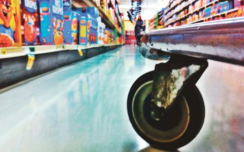 """""""En starkare ställning för konsumenterna är en viktig del i byggandet av ett Sverige för alla!"""" skriver debattörerna Lars G Linder och Daniel Torstensson. Bild: Tim Dewey"""