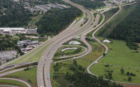 Ett första spadtag före valet. Det ska se till att Förbifart Stockholm, ett av de mest omstridda infrastrukturprojekten någonsin i Sverige, genomförs.  Bild: Trafikverket