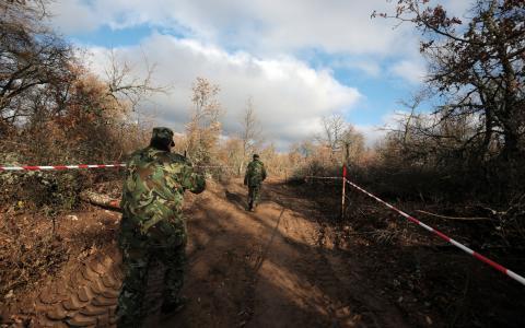 Gränsvakter patrullerar gränsen mot Turkiet. Bild: Valentina Petrova/AP/TT
