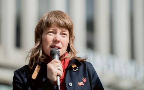 """""""Utgångspunkten för vår politik är alltid våra demokratiska, feministiska och socialistiska grundvärderingar"""", skriver Malin Björk (V).  Bild: Vilhelm Stokstad/TT"""