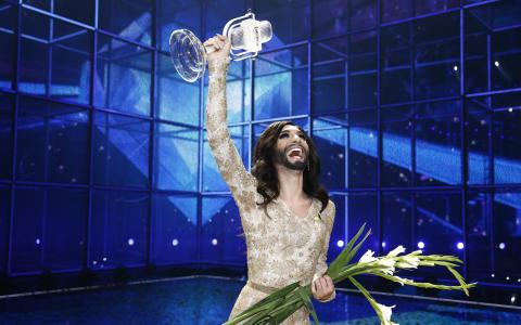 Österrikes Conchita Wurst hyllas efter att bidraget Rise Like A Phoenix vunnit finalen i Eurovision Song Contest i Köpenhamn. Bild: Erlend Aas/NTB Scanpix/TT