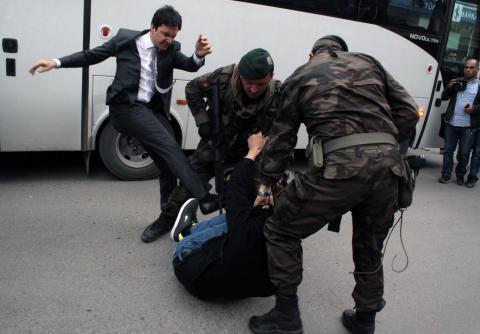 Här sparkar Premiärminister Erdoğans rådgivare Yusuf Yerkel sparkar en demonstrant i den olycksdrabbade staden Soma i Turkiet.  Bild: Reuters