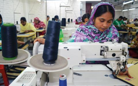 Zohura Akter Milis överlevde fabrikskatastrofen i Bangladesh för ett år sedan. Hennes make har fortfarande inte hittats. Bild: Fredrik Loberg