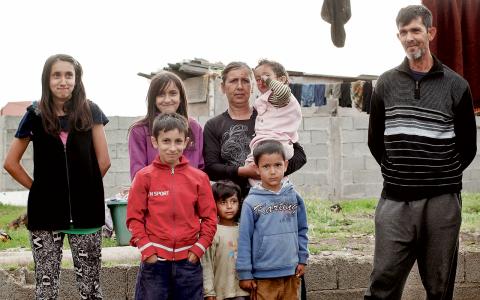 Nästan hela familjen Halimi-Redzedi. Från vänster, bakersta raden: Delana, Hasima, mamma Hajrija med barnbarnet Ibrahim i famnen. Längst fram: Nehat (i röd tröja) barnbarnen Indira och Kevin och så pappa Flurim.  Bild: Lisa Brunzell