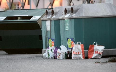 """""""Ett tydligt exempel är återanvändningen av förpackningar för drycker som 1994 utgjorde över 50 procent (returglas + returpet). 2011 var den andelen cirka 10 procent"""", skriver Lars Bjurström.  Bild: Fredrik Sandberg/TT"""