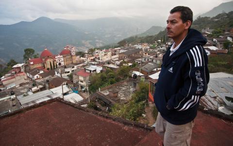 Wilfrido Martinez Velasco på sluttningen ovanför Villa Talea de Castos centrum.     – Materiellt sett leder migrationen till ökad ekonomi i regionen, men själv värdesätter jag familjen mer. Bild: Leo Stolpe